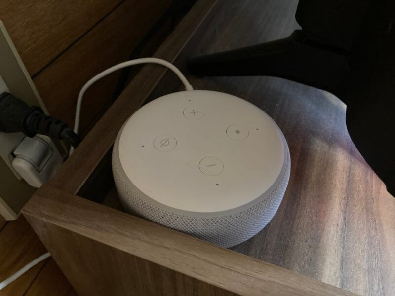 白いEcho Dotを設置した写真